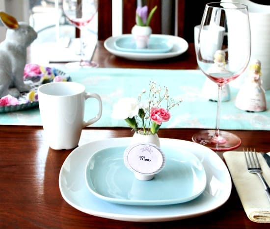 Easter egg decorating idea for adults using no dyes. Pretty individual Easter egg place holders for an Easter tablescape.