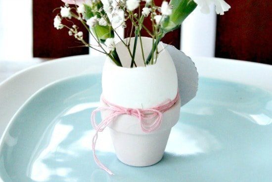 Tying place settings to no dye decorated Easter eggs for an Easter tablescape