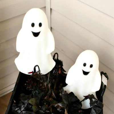 10 Not Too Scary DIY Halloween Front Porch Ideas