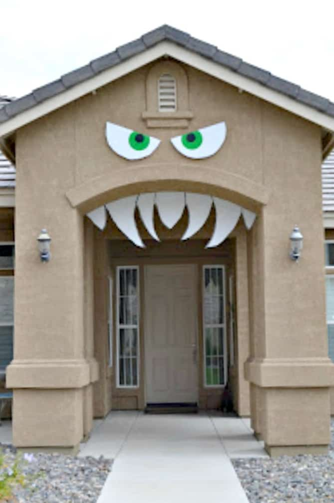 Large monster face for the front door on Halloween. DIY Halloween front porch ideas, Halloween porch displays, DIY Halloween yard decorations, DIY Halloween front porch ideas, DIY Halloween front door decorations,