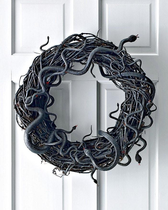 A DY snake wreath for Halloween. DIY Halloween front porch ideas, Halloween porch displays, DIY Halloween yard decorations, DIY Halloween front porch ideas, DIY Halloween front door decorations,