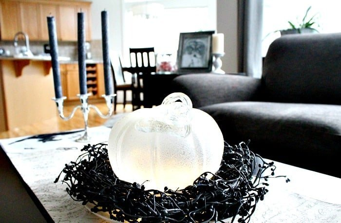 Pretty Halloween with white and black Halloween decorations. , Elegant Halloween, DIY Halloween Decorations, Halloween Decor, DIY Halloween Decor