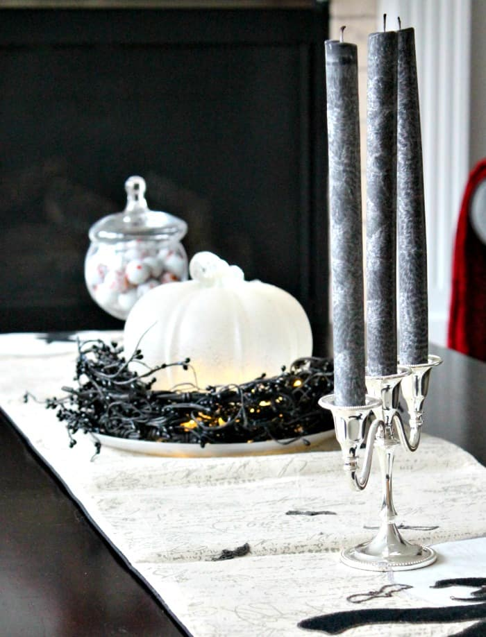 A coffee table decorated for Halloween with pretty Halloween decorations. Pretty Halloween, Elegant Halloween, DIY Halloween Decorations, Halloween Decor, DIY Halloween Decor