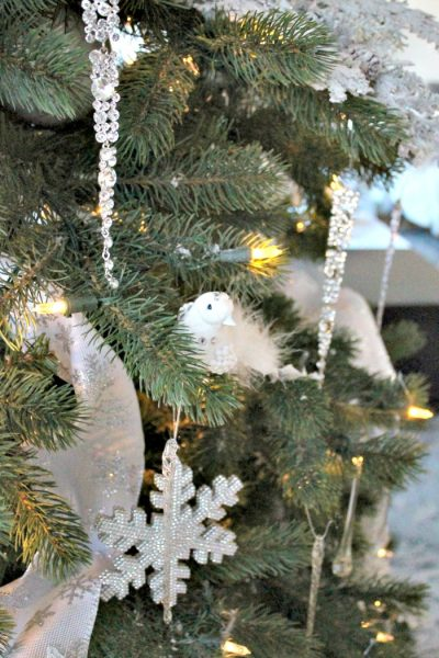Christmas tree decorating ideas An all white Christmas tree that is elegant and sparkly with lots of crystal ornaments. ,  tree decorating ideas,Christmas tree decorations items