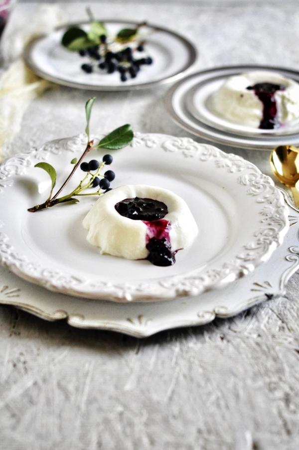 No-bake blueberry coulis with yogurt,.