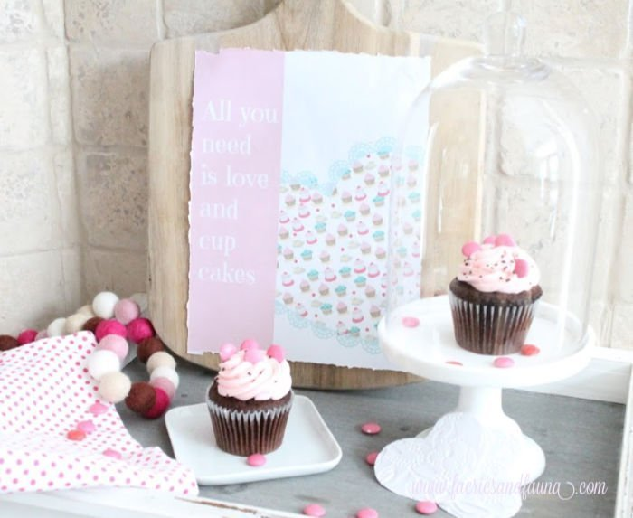 Valentine printable background with cupcakes.