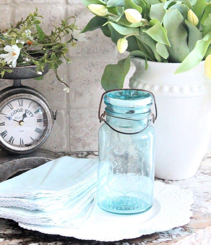 A vintage mason jar solar lamp craft project for the kitchen, yard or bathroom.