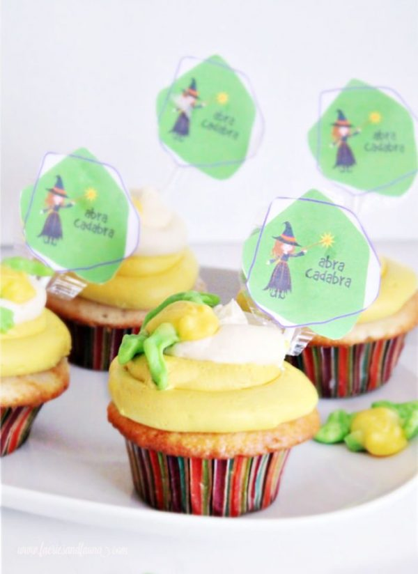 Cute Halloween cupcakes with free Halloween printable cupcake toppers