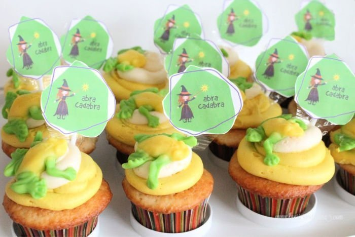 Cute Halloween cupcakes with buttercream icing, toad candied and free printable cupcake toppers.