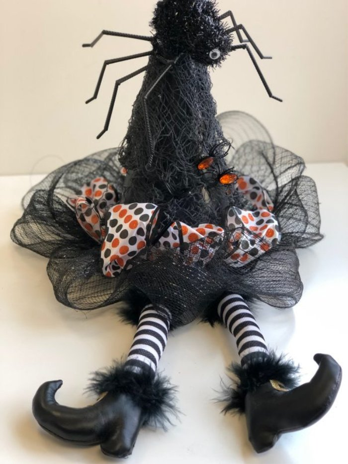 A fun easy to make Halloween craft. A pretty DIY witch hat.