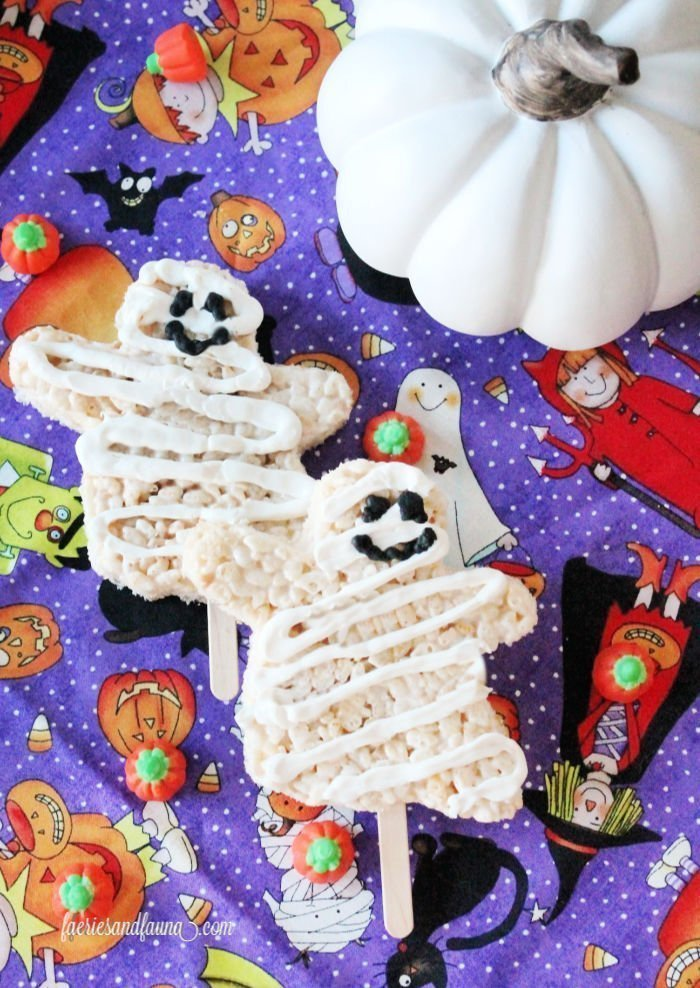 Rice krispie Halloween treats. Quick and easy ghost shaped Halloween treats on a stick for kids parties.