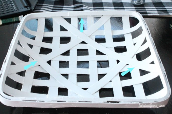How to paint a tobacco basket. Upcycling an old tobacco basket into a minimalist winter wreath.