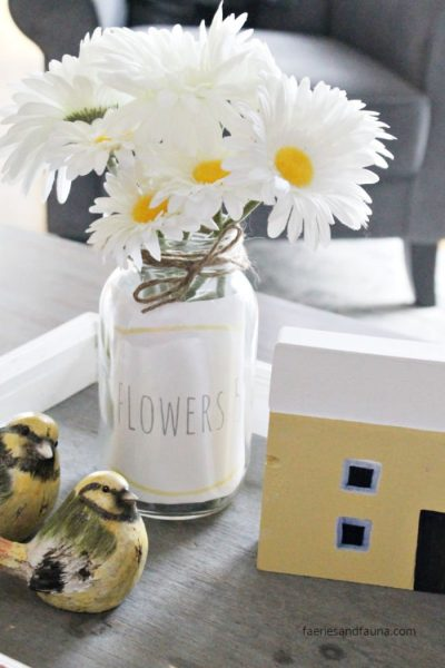 10 minute craft idea with a mason jar, free printable label and flowers.