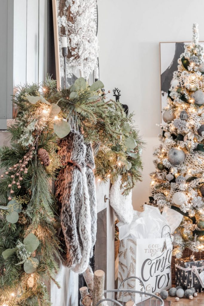 Gorgeous rustic Chritmas mantel in neutral and golds with a matching Christmas tree. Beautiful Christmas home decor idea.