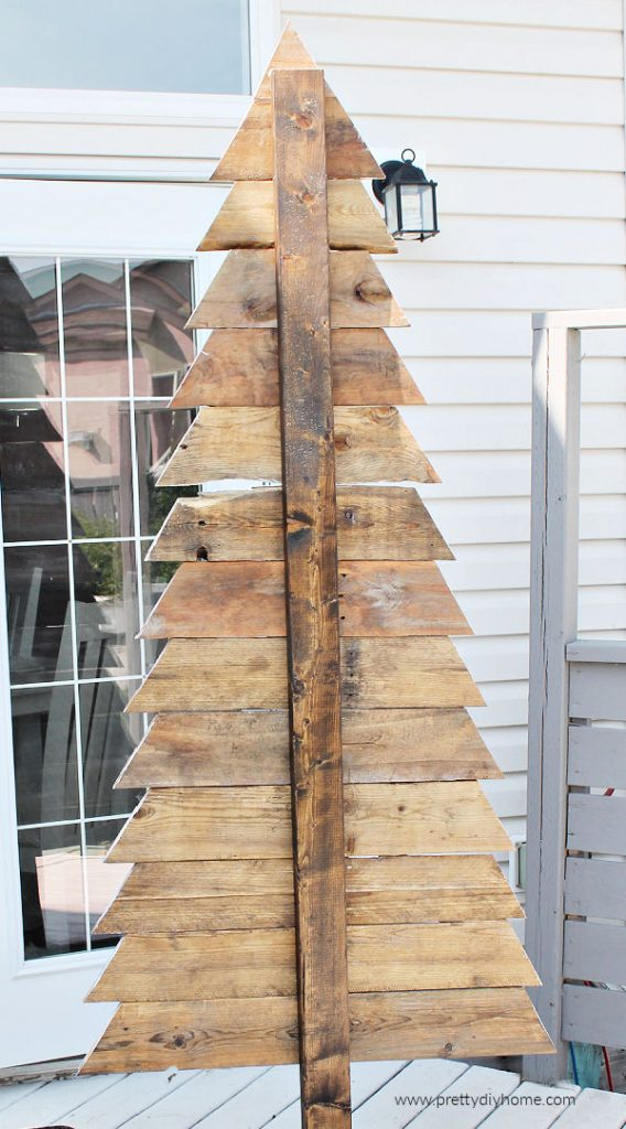 The backside of a tall pallet Christmas tree showing the individual boards.